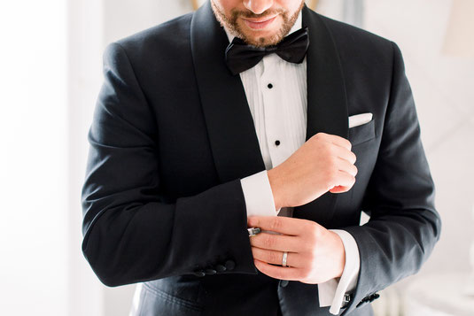 Bräutigam mit Smoking schwarzer Anzug und Fliege Manschettenknöpfe Männerportrait getting ready