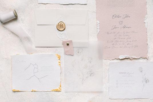 Fine Art Papeterie Hochzeit Bonjour Paper Wachssiegel Seidenband Büttenrand Illustration Einladung zur Hochzeit Goldrand Blattgold auf Papier