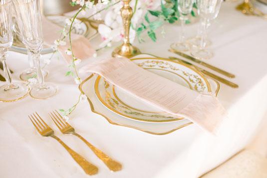 fine art boho chic Hochzeit Tischdekoration Goldrand Platzteller goldenes Besteck