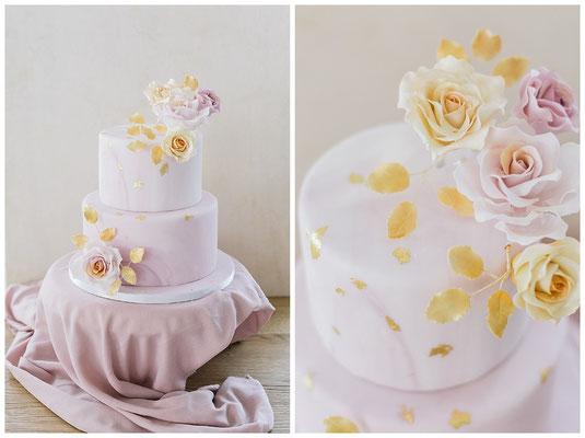 Hochzeitstorte Zuckerblumen rosa Torte dreistöckig Blattgold elegantes Dessert Pastell