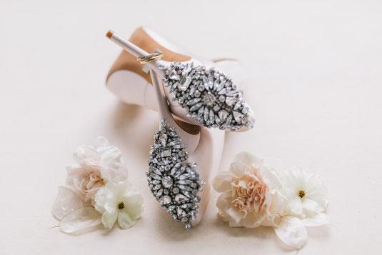 Badgley Mischka Brautschuhe mit Glitzer an der ferse Ringfoto Brautschuhe high heels flatlay