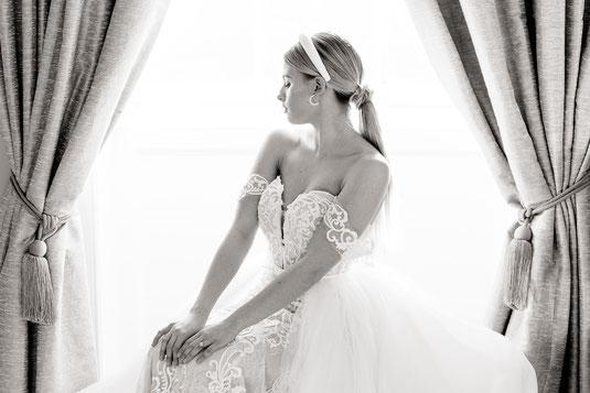 Brautportrait Fine Art Braut sitzt am Fenster mit Samtvorhängen Haarreif für Brautfrisur willow by watters