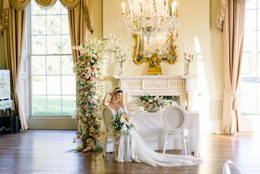 fine art braut mit Blumeninstallation fine art flowers wedding medaillonstühle schlosshochzeit kronleuchter im schloss