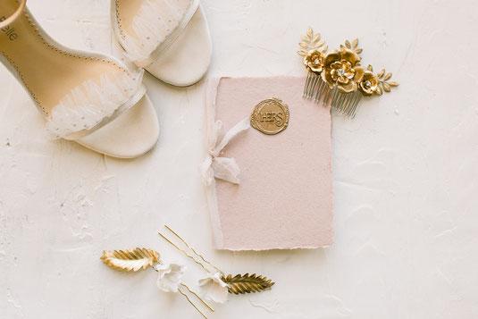 fine art wedding flatlay Bella belle shoes brautschuhe mit Ehegelübde haar accessoires brautfrisur