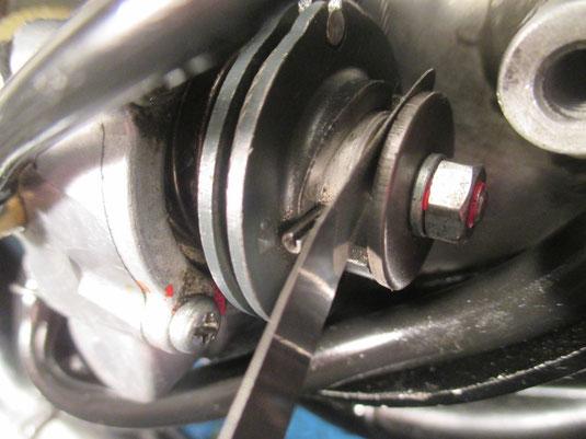 Gut zu erkennen , die Deckung von Sicherungsstift und Markierung auf dr Seilzugrolle. Der Pumpenhub wird zwischen Einstellplatte und Erhebung der Seilzugrolle gemessen.