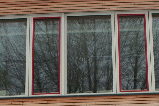 Stark spiegelnde Fensterscheiben.