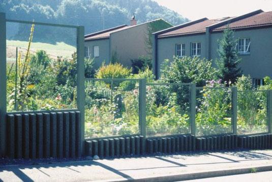 Große Gefahr: Naturgarten hinter einer Lärmschutzwand