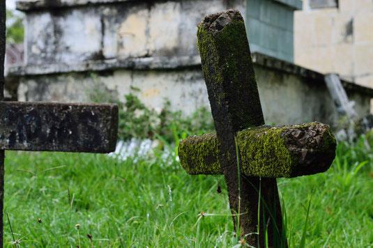 Mittelalter Freidhof Friedhöfe mittelalterlich mittelalterliche geschichte skelett tod tot skelette grab gräber kreuz grabmahl