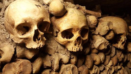 Mittelalter Freidhof Friedhöfe mittelalterlich mittelalterliche geschichte skelett tod tot skelette grab gräber knochen