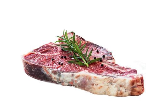 Rohes T-Bone Steak mit Rosmarinzweig auf weissem Hintergrund-Küchentipps Steak braten