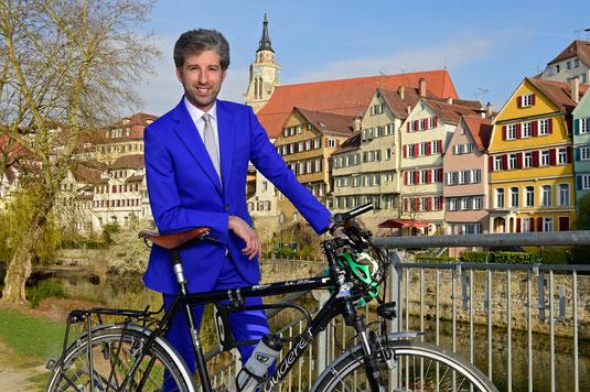 Boris Palmer mit Fahrrad auf der Neckarbrücke in Tübingen, Stiftskirche, Schirmherr DRK OV Ammerbuch, HVO Unterjesingen, blauer Anzug