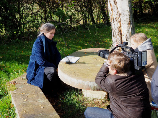 Die Schriftstellerin Marion Poschmann im Garten des Ubbelohde-Hauses bei Dreharbeiten mit dem Hessischen Rundfunk. Foto: Karl Heinz Görmar