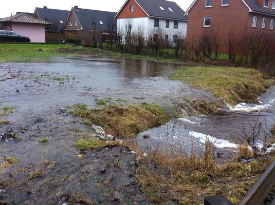 Überschwemmung; Überflutung; Dauerregen; Beverstedt; Sadelstelle; Neubaugebiet Beverstedt; Feuerwehr Beverstedt; Freiwillige Feuerwehr Beverstedt; Ortsfeuerwehr Beverstedt; Ortswehr Beverstedt