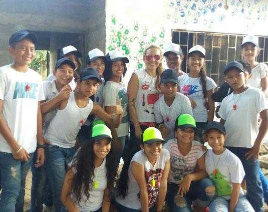 Marcela mit einem Teil der lideres (Teamleiter), die sich um die Kleinen kümmern