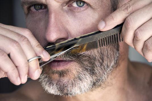 Mann bei der Bartpflege