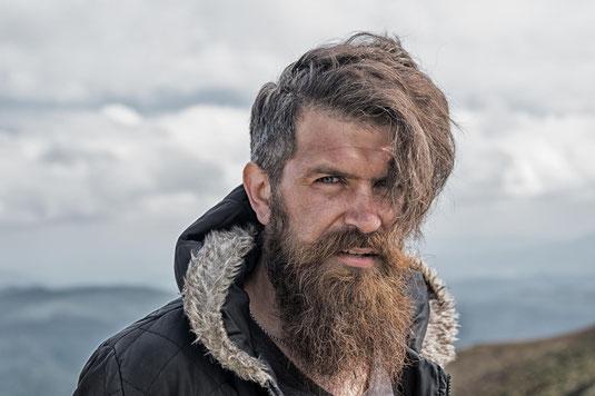 Mann mit Bart in Landschaft