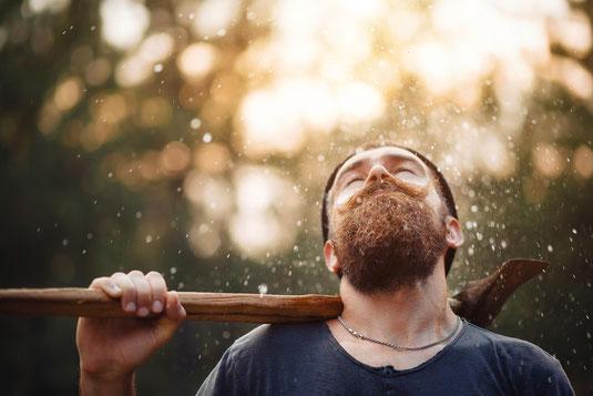 Mann mit Bart und Wassertropfen