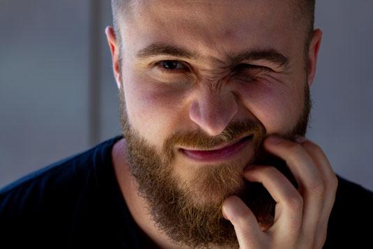 Mann mit juckendem Bart