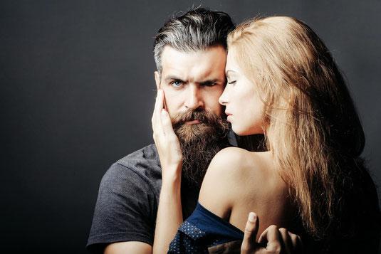 Mann mit Bart und Frau im Fotostudio