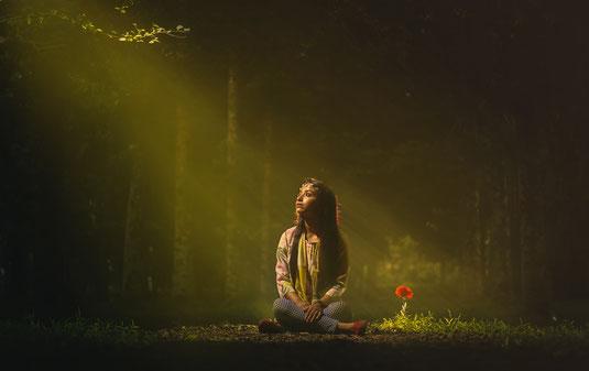 Frau im Wald Blütenerwachen Haaröl