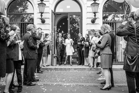 Hochzeitsfotograf in Action beim uszg des Brautpaars aus dem Altonaer Standesamt