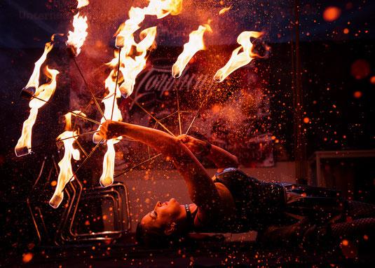 Feuerspucker mit Feuerfächer bei Feuershows mit Leidenschaft