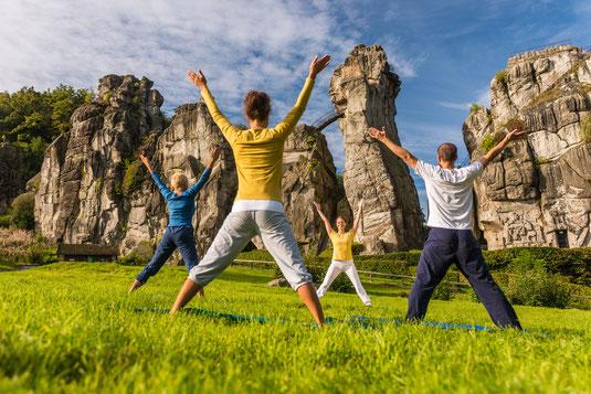 Yoga vor den Externsteinen © Teutoburger Wald Tourismus, D. Ketz
