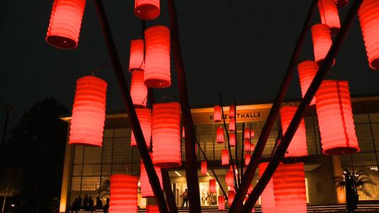 Lampions erstrahlen die Konzerthalle © Staatsbad Salzuflen GmbH