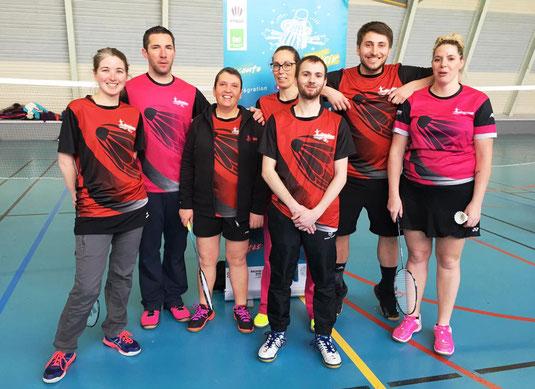 Vêtements personnalisés pour le sport du badminton. T-shirt maillots short veste sac et bien d'autres produits, tous personnalisés aux couleurs et logos de votre équipe sportive