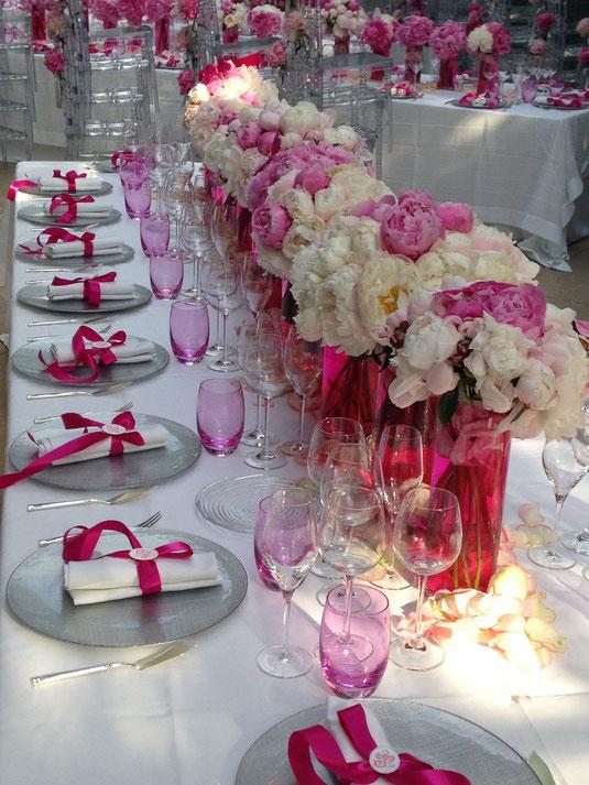 Décoration et centre de table pour un mariage tout en pivoines