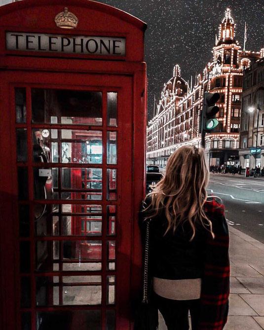 Zu sehen ist das berühmte Harrods-Gebäude in London in der Nacht