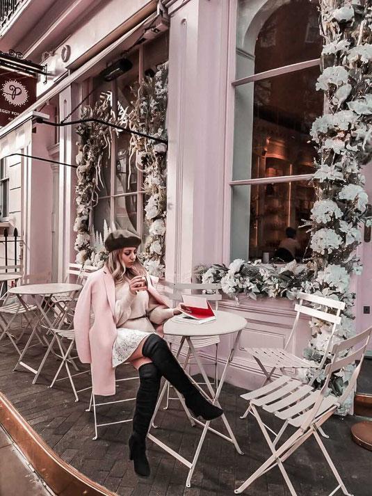 Zu sehen ist das Cafe Peggy Porschen in London sowie ein Streetstyle Outfit