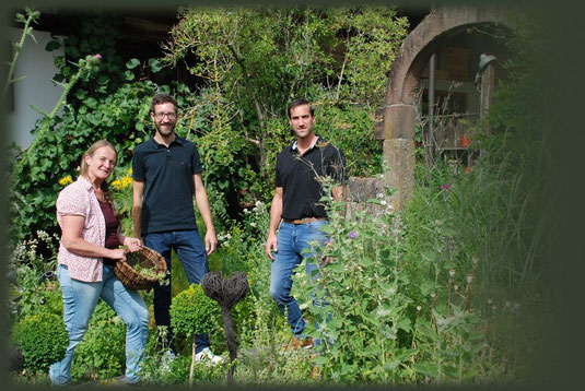 Zusammen mit den Dorferleben-Machern ist Rita im Kräutergarten.