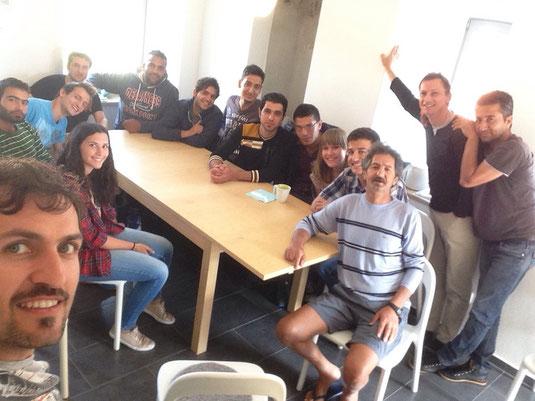 Alle Asylanten mit ein paar ihrer Deutschlehrer im Knochenhäusle in Knetzgau