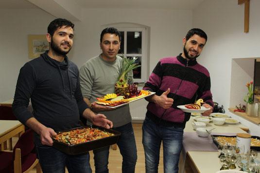 Mohaimen, Abdulalhalim und Achmad (von links) verwöhnten die Gäste mit selbst zubereiteten arabischen Köstlichkeiten.