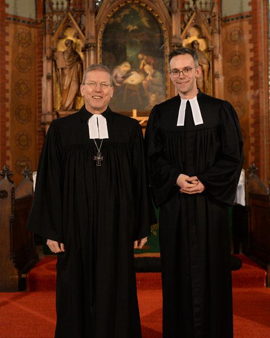 Regionalbischof Hans Christian Brandy (links) übernahm die Ordination von Warstades neuem Pastor Jan Lohrengel.   Foto: Schult