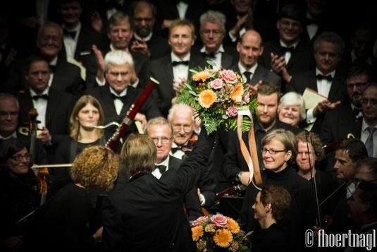 D. Walker gets flowers after the Requiem / D. Walker bekommt Blumen nach dem Requiem