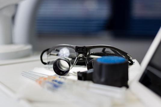Lupenbrille eines Zahnarztes