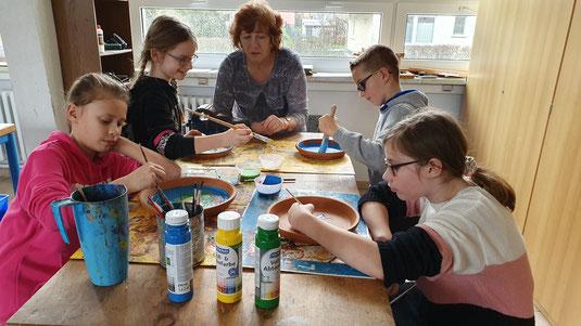 Schüler Imker AG Zingst gestalten Bienentränken für den Natur und Imkerhof