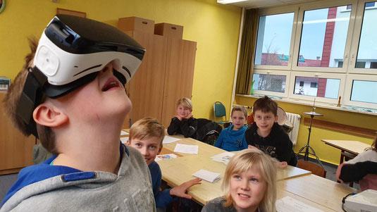 VR-Brille lässt die Kinder eine bunte Blühwiese bestaunen