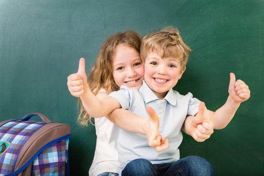 Kinder erfolgreich in der Schule beim Lernen