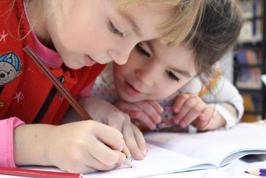 Kinder in der Schule beim Lernen