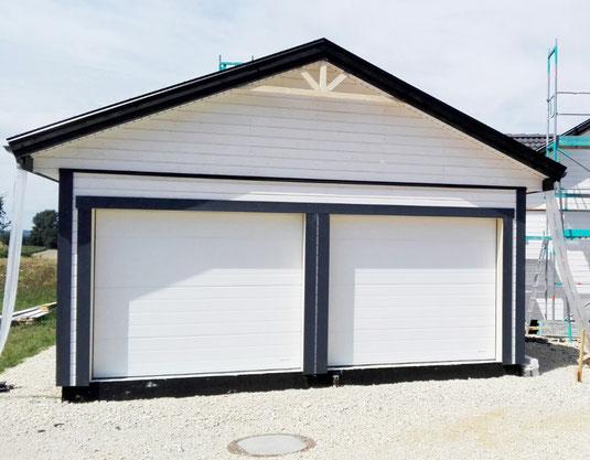 Garage mit Garagentoren von Lindab