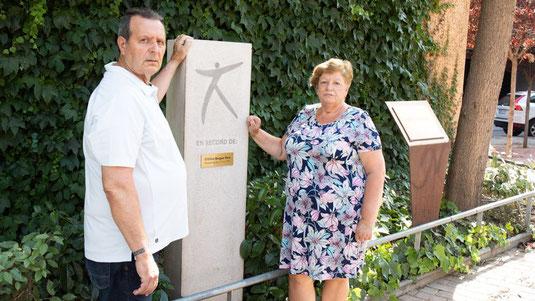 Juan y Luisa, padres de la desaparecida Cristina Bergua, en un monumento en recuerdo a su hija en Cornellà / Robert Ramos