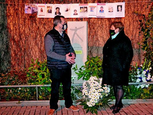 Los padres de Cristina Bergua, junto al monolito en recuerdo de la joven