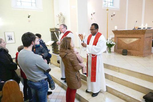 Dominic Ekweariri und Thomas Becker spenden Gläubigen und Kindern den Blasiussegen