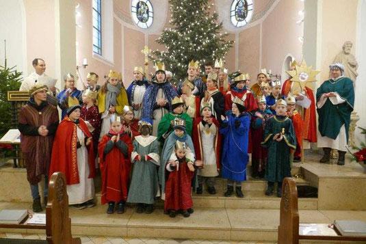 Sternsinger 2018 auf den Altarstufen von St. Josef