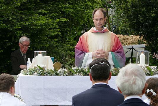 Foto mit der Feier der Hl. Messe am 3. Juni 2021 auf der Kirchwiese