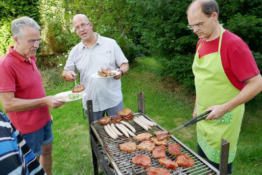 Drei Männer am Grill