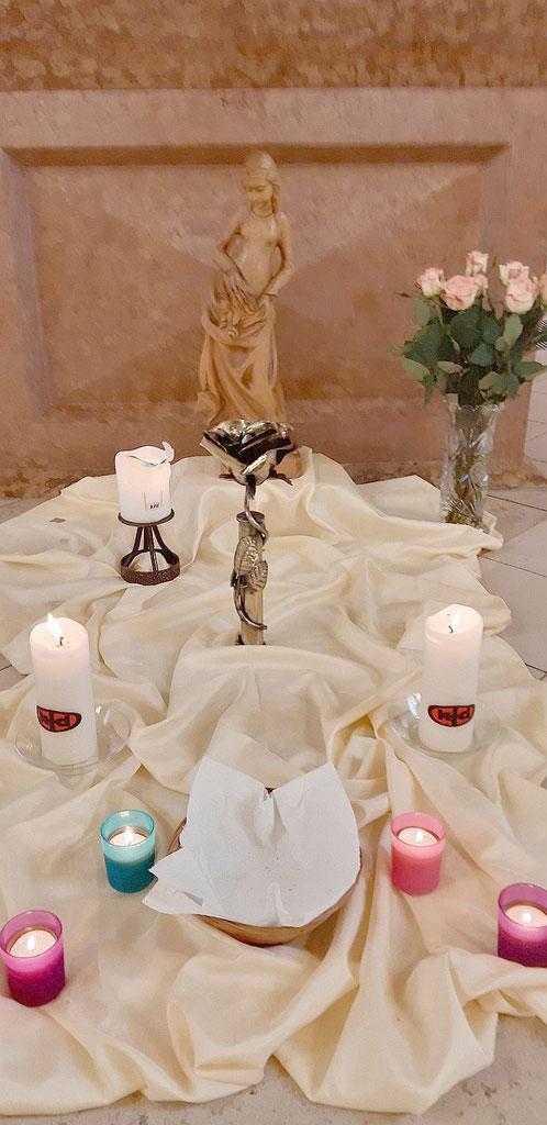 Schmuck vor dem Altar zur Festmesse am 25. November